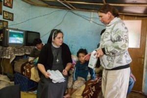 Schwester Carmen Tereza Rusu besucht regelmäßig Familien, die in prekären Verhältnissen leben. (Foto: Achim Pohl)