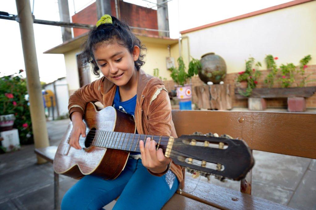 Daniela, 12 Jahre, übt am Wochenende Guitarre, Kinderheim und Ausbildungszentrum Comunidad Ancieto Solares, Vallegrande, Departamento Santa Cruz, Bolivien; Foto: Florian Kopp/SMMP