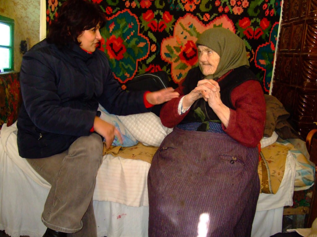 Die Krankenschwester des sozialen Zentrums, Viorica Tătărigă, besucht regelmäßig die alten und kranken Menschen in den Dörfern rund um Schineni. (Foto: Achim Pohl)