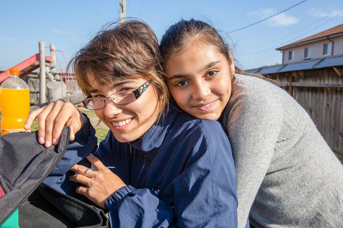 Dana aus unserem Kinderheim in Schineni, Rumänien, lächelt mit einer Freundin aus dem Dorf. (Foto: Achim Pohl/SMMP)