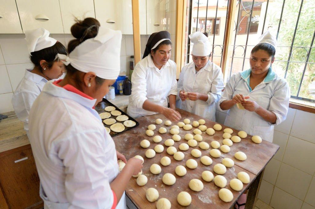 Jugendliche lernen in der Bäckerei, wie man köstliches Brot bäckt, Kinderheim Comunidad La Providencia, Catro Esquinas, Departamento Cochabamba, Bolivien; Foto: Florian Kopp/SMMP