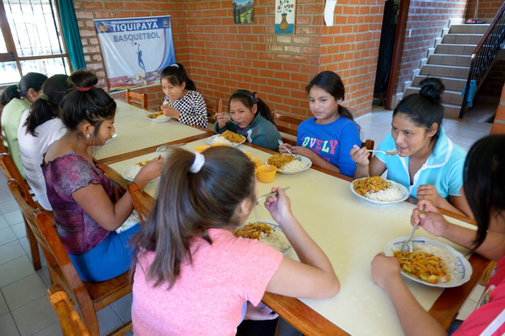 Gemeinsames Mittagessen in einem der Häuser, Kinderheim Comunidad La Providencia, Catro Esquinas, Departamento Cochabamba, Bolivien; Foto: Florian Kopp/SMMP