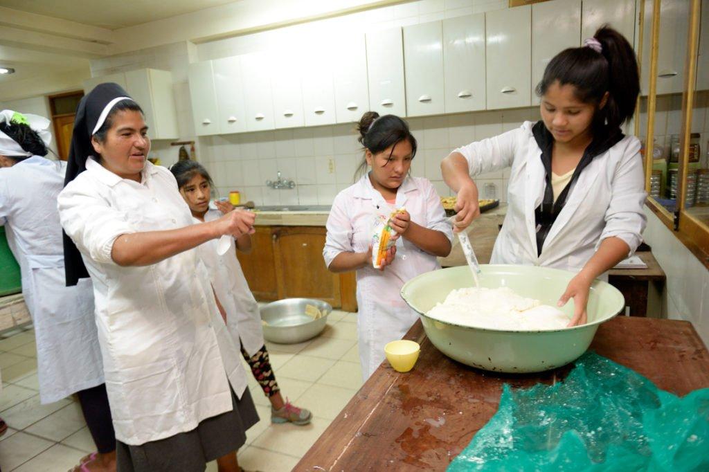 Die Milch zerfällt in Käse und Molke - Herstellung von Frischkäse, Kinderheim Comunidad La Providencia, Catro Esquinas, Departamento Cochabamba, Bolivien; Foto: Florian Kopp/SMMP