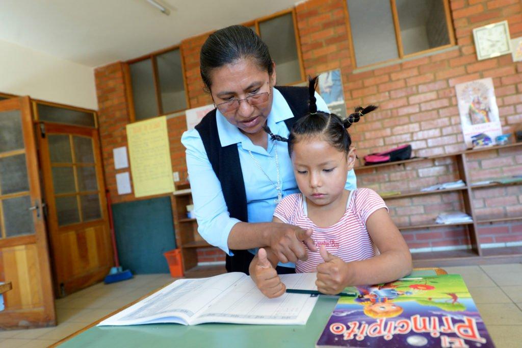 Nachmittags werden die Kinder bei Ihren Hausaufgaben unterstützt, Kinderheim Comunidad La Providencia, Catro Esquinas, Departamento Cochabamba, Bolivien; Foto: Florian Kopp/SMMP