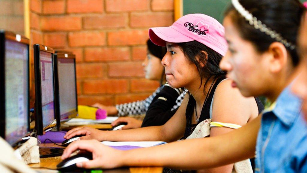 Informatik-Unterricht, Kinderheim Comunidad La Providencia, Cuatro Esquinas, Departamento Cochabamba, Bolivien; Foto: Florian Kopp/SMMP