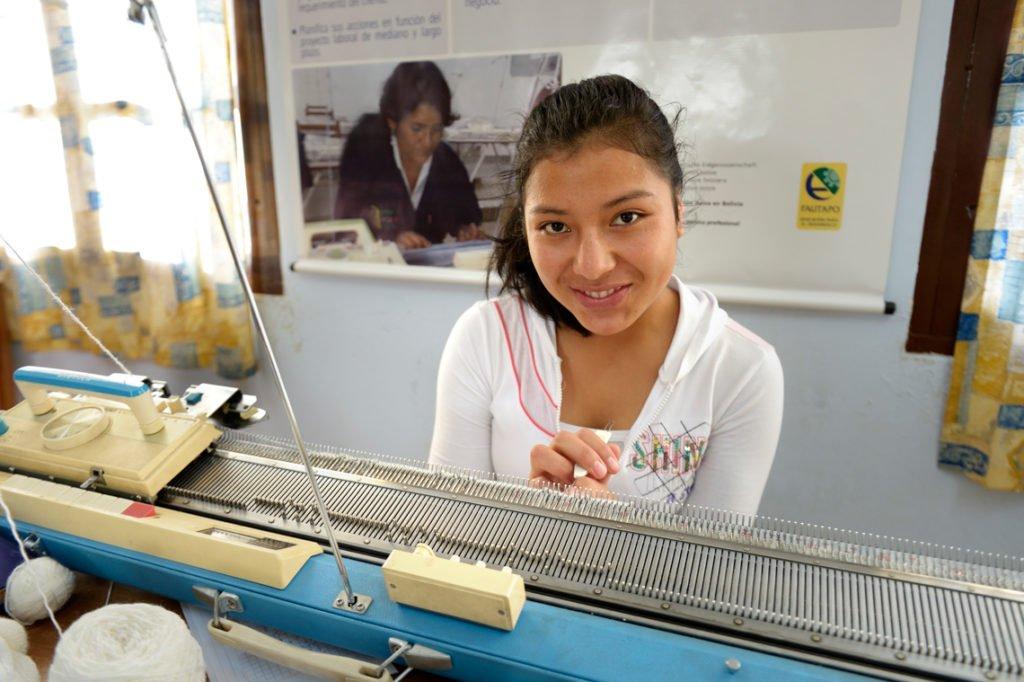 Madelen, 17 Jahre, an der Strickmaschine - Ausbildungskurs (Stricken und Häkeln) im Kinderheim Comunidad Ancieto Solares, Vallegrande, Departamento Santa Cruz, Bolivien; Foto: Florian Kopp/SMMP
