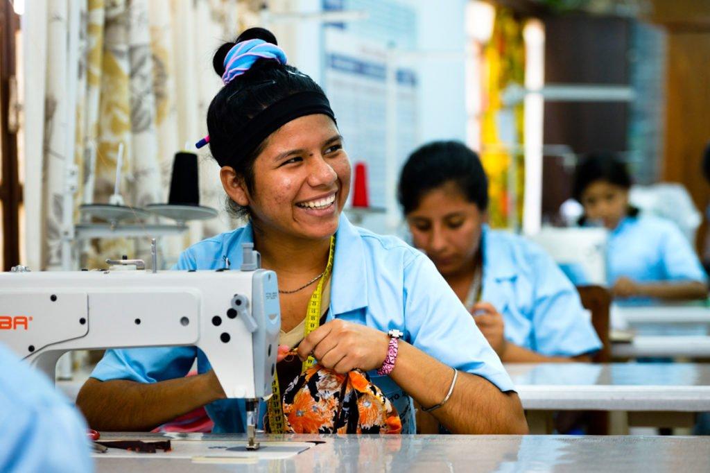 Laura, 17 Jahre, lächelt im Ausbildungskurs für das Schneiderhandwerk im Kinderheim Comunidad Ancieto Solares, Vallegrande, Departamento Santa Cruz, Bolivien; Foto: Florian Kopp/SMMP