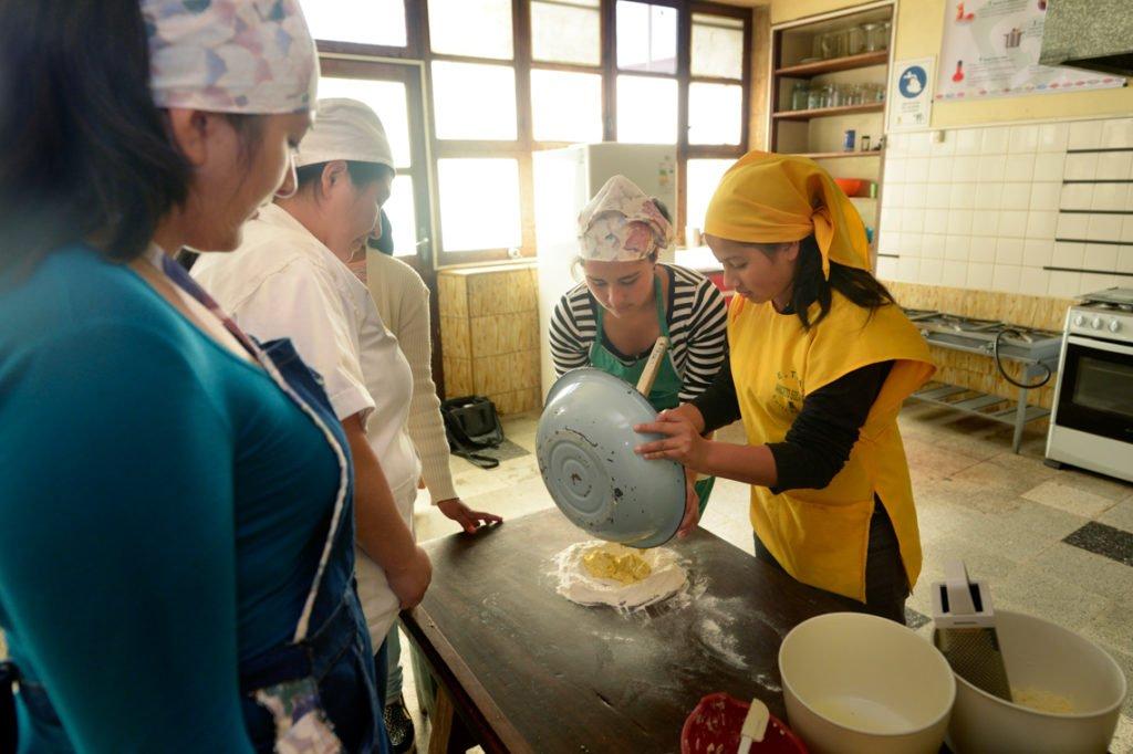 Herstellung von Mürbteig - Koch- und Backkurs im Kinderheim Comunidad Ancieto Solares, Vallegrande, Departamento Santa Cruz, Bolivien; Foto: Florian Kopp/SMMP