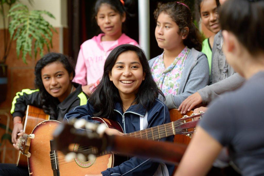 Jedes Haus hat seine eigene Musikgruppe. Die Mädchen singen und spielen auf Veranstaltungen und sorgen für die musikalische Begleitung der Messen in der benachbarten Kirche, Kinderheim Comunidad Santa Susana, Vallegrande, Departamento Santa Cruz, Bolivien; Foto: Florian Kopp/SMMP