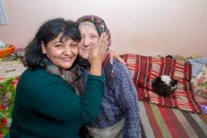 Krankenschwester Viorika aus dem Sozialen Zentrum besucht die 89-jährige Maria. Foto: SMMP/Ulrich Bock