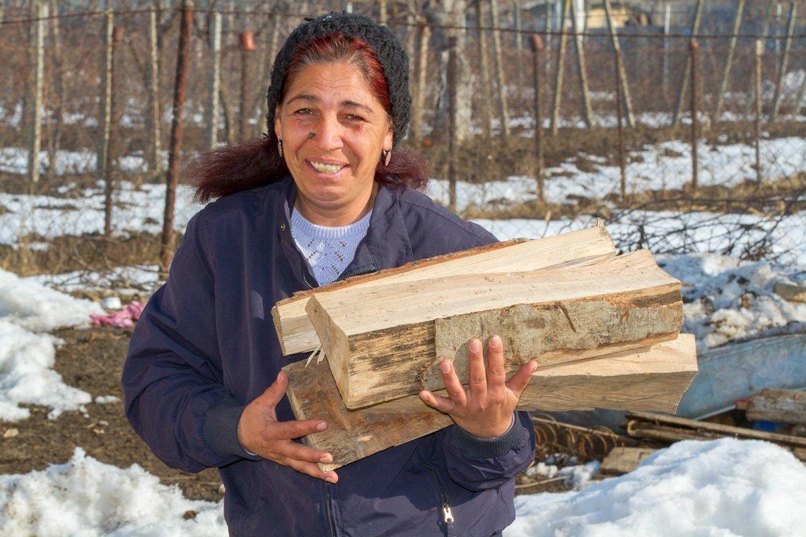 Brennholz ist in den harten rumänischen Wintern teuer. Viorika (44) ist froh, dass sie für sich und die vier Kinder in Siretu /Rumänien noch etwas hat.